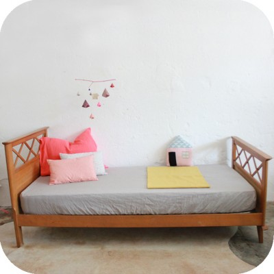 superbe lit en ch ne typique des ann es 50 pieds compas motifs croisillons pr sent dans. Black Bedroom Furniture Sets. Home Design Ideas